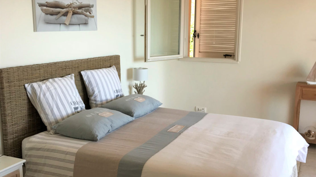 chambre location villa de luxe punta d'arasu accès mer vue panoramique avec piscine sud corse