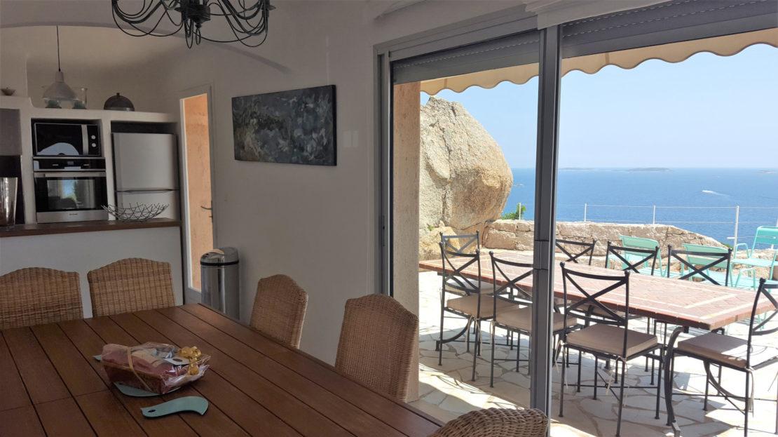salle à manger donnant sur terrasse