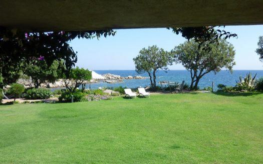 """Superbe villa située """"pieds dans l'eau"""" dans un domaine privé"""