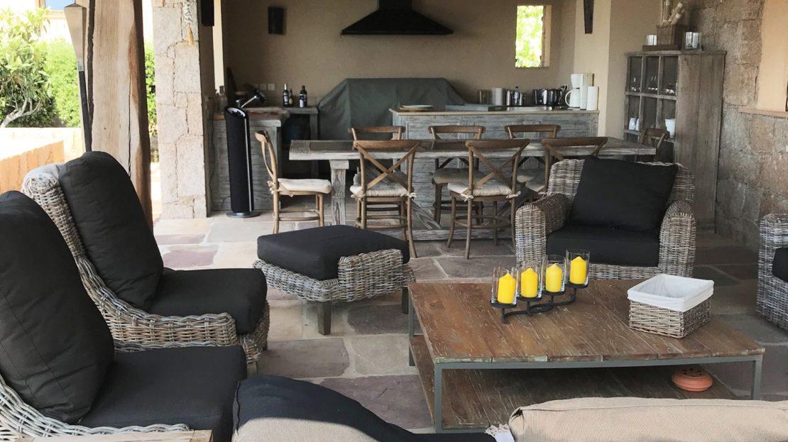 terrasse couverte et cuisine d'été vente et location de villas de luxe vue mer et piscine domaine d'araso corse du sud