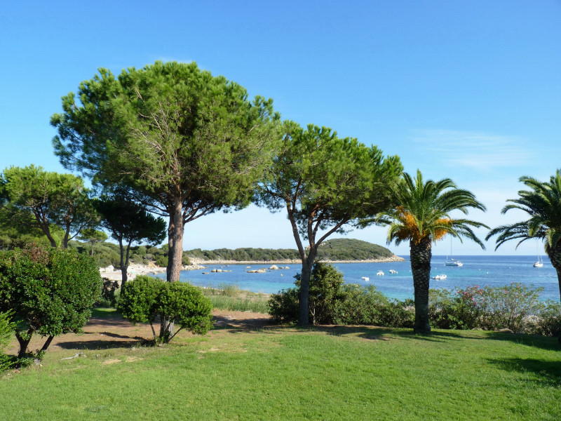 Villa avec vue mer domaine de la capicciola delta immo for Camping martigues avec piscine bord mer