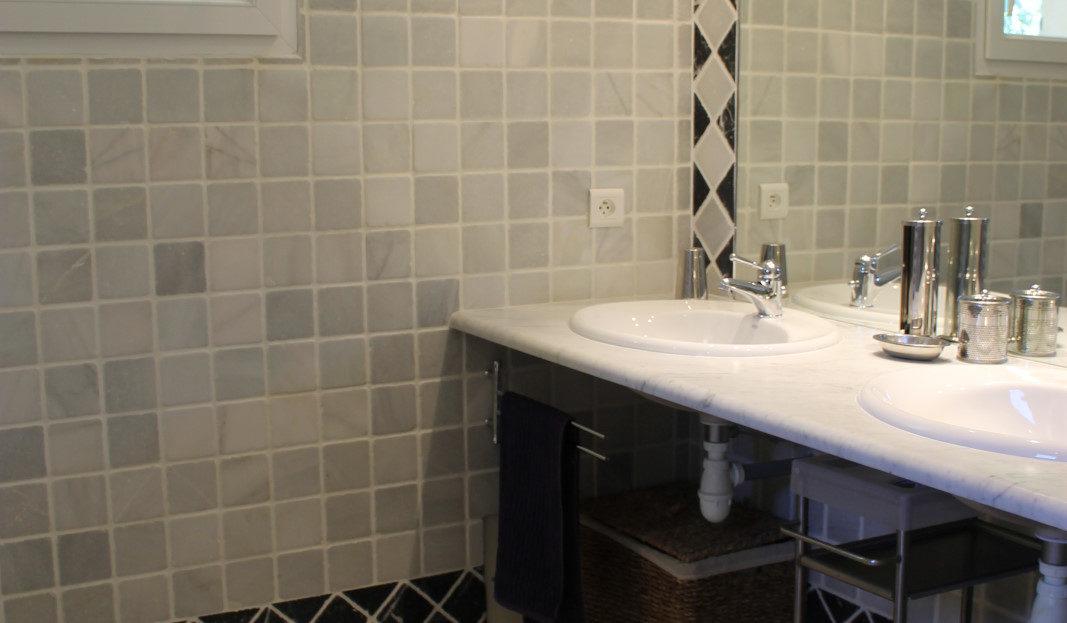 salle de bain villa avec piscine et spa delta immobilier