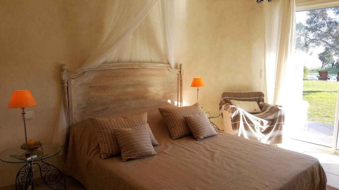 chambre location villa de luxe domaine d'araso les pieds dans l'eau avec piscine corse du sud