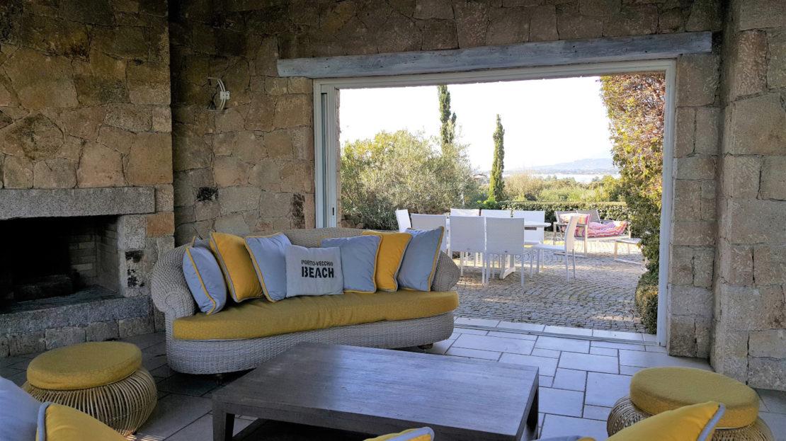 salon location villa de luxe domaine d'araso les pieds dans l'eau avec piscine corse du sud
