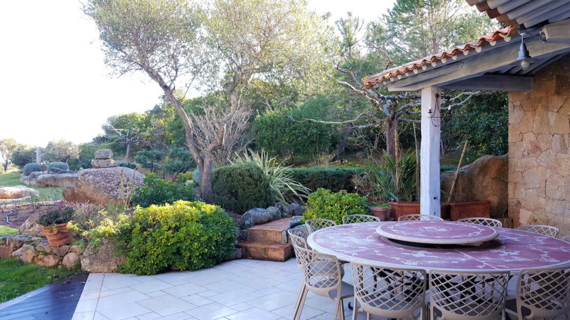 terrasse location villa de luxe domaine d'araso les pieds dans l'eau avec piscine corse du sud